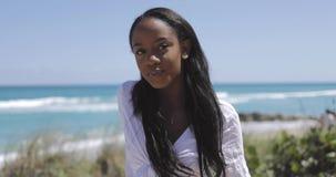 看照相机的可爱的年轻黑人妇女在公园 股票录像