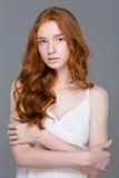 看照相机的可爱的红头发人妇女 免版税库存图片