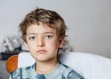 看照相机的哀伤的男孩 库存图片