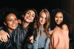 看照相机的四名美丽的妇女 库存图片