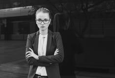 看照相机的女商人或老师,黑白 图库摄影