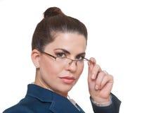 看照相机的女实业家佩带的玻璃 免版税库存图片