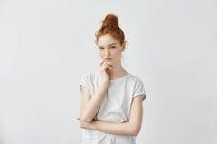 看照相机的嫩美丽的红头发人女孩 图库摄影