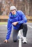 看照相机的射击一个幼小英俊的专业赛跑者 免版税库存照片