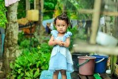看照相机的小甜女孩 免版税图库摄影