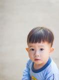 看照相机的小男孩照片 免版税库存图片