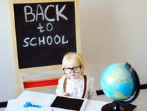 看照相机的小男孩画象学校工作场所 免版税库存照片