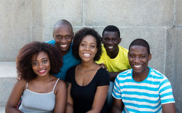 看照相机的小组五个非裔美国人的男人和妇女 库存照片