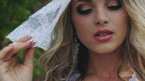 看照相机的帽子的美丽的女孩 股票录像