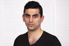 看照相机的年轻严肃的阿拉伯人 免版税库存图片