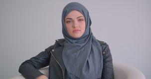 看照相机的年轻可爱的回教女实业家和玻璃特写镜头画象hijab的户内 影视素材