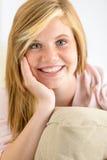 看照相机的微笑的十几岁的女孩 免版税图库摄影