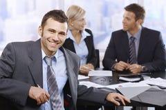 微笑的商人在会议上 免版税库存图片