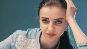 看照相机的微笑的沉思女孩 股票录像