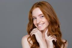 看照相机的微笑的红头发人妇女 库存照片