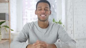 看照相机的微笑的美国黑人的人画象在办公室 股票录像