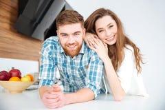 看照相机的微笑的美好的夫妇 免版税库存照片