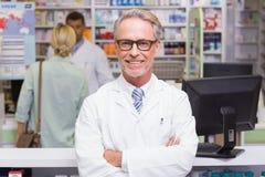 看照相机的微笑的药剂师 免版税库存照片