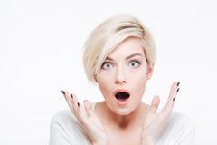 看照相机的惊奇白肤金发的妇女 图库摄影