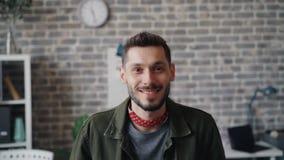 看照相机的愉快的企业家慢动作画象微笑在办公室 影视素材