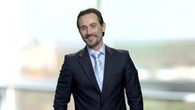 看照相机的愉快的微笑的CEO画象  影视素材
