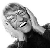 看照相机的愉快的惊奇的资深妇女 免版税库存照片