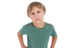 看照相机的愤怒的小男孩 免版税库存照片