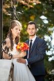 看照相机的新娘和新郎 免版税库存图片