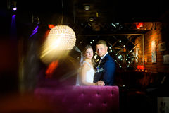 看照相机的新婚佳偶 免版税库存图片
