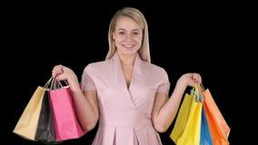 看照相机的激动的俏丽的少女身分显示购物带来,阿尔法通道 股票录像
