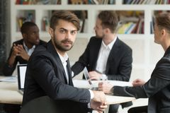 看照相机的男性工作者在公司业务会议上 库存照片