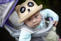 看照相机的男婴 免版税库存照片