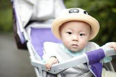 看照相机的男婴 库存图片