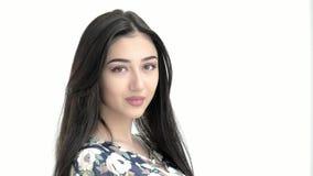 看照相机的画象年轻美丽的中东式样女孩 深色改正她的头发概念时尚和秀丽 影视素材