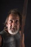 看照相机的疯狂的老有胡子的战士 免版税图库摄影