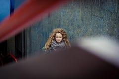 看照相机的白肤金发的妇女 免版税图库摄影