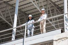 看照相机的礼服的建筑师,当站立在建造场所时 库存照片