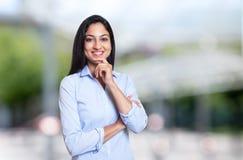 看照相机的笑的阿拉伯女实业家 免版税库存图片