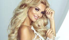 看照相机的精美白肤金发的天使 库存图片