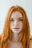 看照相机的红头发人妇女 免版税图库摄影