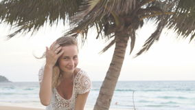看照相机的美丽的妇女站立在海背景  影视素材