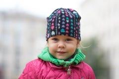 看照相机的美丽的小女孩 免版税库存照片