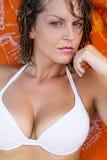 看照相机的美丽的性感的女孩 免版税图库摄影