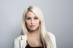 看照相机的美丽的白肤金发的女商人 免版税库存照片