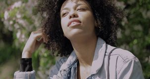 看照相机的美丽的确信的黑人妇女 股票录像