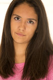 看照相机的美丽的西班牙青少年的女孩画象 库存照片