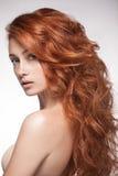 看照相机的肉欲的红色顶头妇女 免版税库存照片