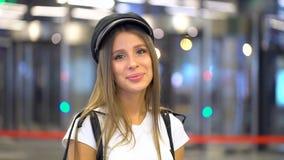 看照相机的迷人的时尚逗人喜爱的年轻女人 白种人美好的时髦的女孩模型的画象面孔 有吸引力的 股票视频