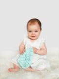 看照相机的逗人喜爱的女婴 免版税库存照片