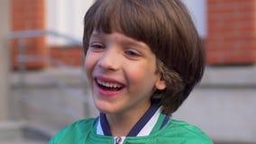 看照相机的逗人喜爱的笑的愉快的男孩画象,被隔绝 调查照相机的白种人chid的面孔 愉快 影视素材